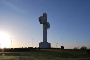 Kříž, symbol Srbska a jeho křesťanské víry, hrdě se tyčí nad městem Kragujevac ve středním Srbsku.